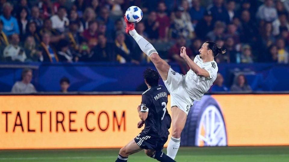 Ibrahimovic haciendo un control del balón gracias a su flexibilidad aplicada al futbol